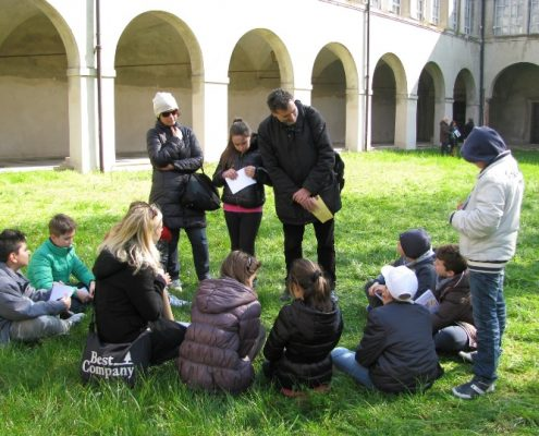 Piccoli gruppi di bambini che parlano con un rappresentante religioso (il pastore Jonathan Terino - chiesa valdese)